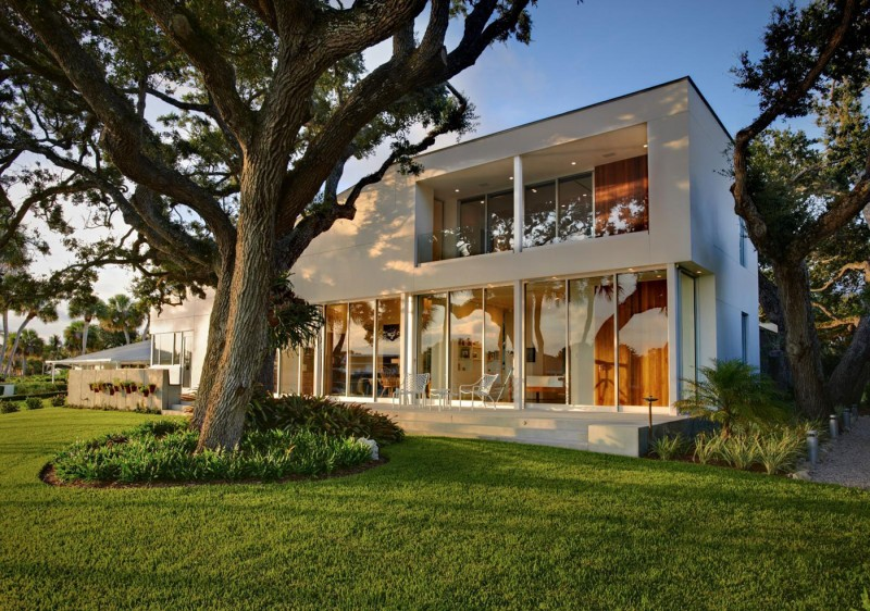 The Barrier Island House Respects Its Natural Surroundings