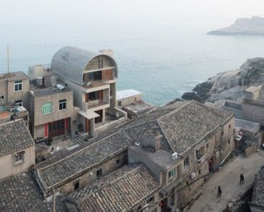 20 Amazing Homes That Merge with Seaside Cliffs